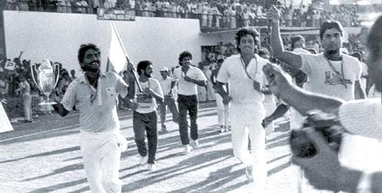 On This Day April 18th, 1986:Javed Miandad hits last ball six at Sharjah vs India,indai,pakistan,sharjha cup,pakistan vs india,india vs pakistan,pak,ind,circket match,history,game,Javed Miandad,circket history,classic,never forgetting moment